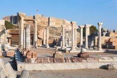Quadrato romano con le rovine di pietra delle colonne in ephesus archeologico immagine stock libera da diritti