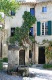 Quadrato romantico con la fontana in vecchia città francese Fotografia Stock