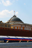 Quadrato rosso sulla primavera e sulla festa del lavoro. La bandiera russa ondeggia sul tetto. Fotografia Stock
