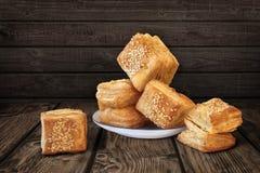 Quadrato serbo del ½ u del u-Å del ½ di Å il piccolo ha modellato le paste sfoglia del croissant sulla R Immagini Stock