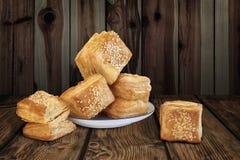 Quadrato serbo del ½ u del u-Å del ½ di Å il piccolo ha modellato le paste sfoglia del croissant sulla R Immagine Stock