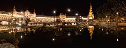 Quadrato spagnolo (Plaza de Espana) a Sevilla alla notte, Spagna. fotografia stock