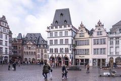 Quadrato-Steipe del mercato I cittadini stanno camminando sul quadrato fotografie stock libere da diritti
