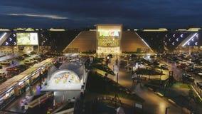 Quadrato superiore di vista con il parco e caffè accoglienti vicino al centro commerciale moderno stock footage