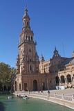 Quadrato, torre e piccole barche della Spagna. fotografie stock