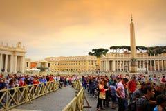 Quadrato Vaticano del ` s di St Peter della coda della gente fotografia stock
