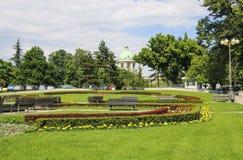 Quadrato vicino alla costruzione dell'assemblea nazionale a Belgrado, Serbia fotografia stock