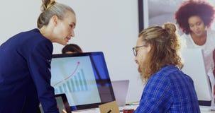 Quadri che interagiscono a vicenda mentre lavorando allo scrittorio 4k stock footage