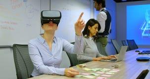 Quadri che per mezzo della cuffia avricolare di realtà virtuale e del computer portatile 4k archivi video