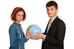 Quadri che tengono il globo del mondo Immagine Stock