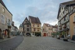 Quadri con le case a graticcio, nel villaggio medievale Noyers Fotografia Stock