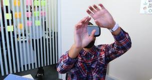 Quadri maschii che per mezzo della cuffia avricolare 4k di realtà virtuale stock footage
