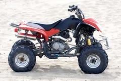 Quadricycle dans le sable images libres de droits