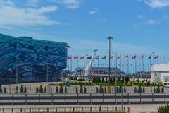 Quadrieren Sie im Olympiapark mit festlichen Flaggen von verschiedenen Ländern Adler, sonniger Tag des Sommers Stockbilder