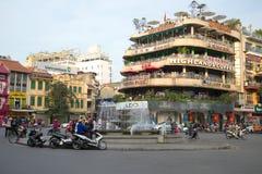 Quadrieren Sie mit einem Brunnen in der alten Mitte von Hanoi Lizenzfreies Stockfoto