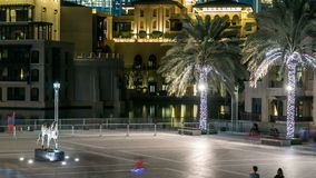 Quadrieren Sie mit Pferdemonument nahe timelapse Souk und Burj Khalifa in Dubai, UAE stock video