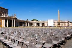 Quadrieren Sie vor der Basilika von St Peter in der Vatikanstadt mit den leeren Stühlen, Italien Stockfotografie