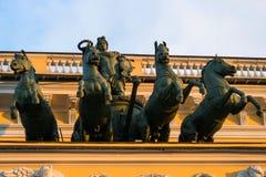 Quadriga Μνημειακό γλυπτό στα κτήρια της Αγία Πετρούπολης Στοκ εικόνα με δικαίωμα ελεύθερης χρήσης