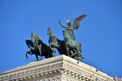 Quadriga av enhet av Carlo Fontana, Altair av fäderneslandet, också som är bekant som den Vittoriano monumentet till Vittorio Ema Arkivbild