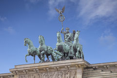 Quadriga sur le massif de roche de Brandenburger à Berlin Photographie stock libre de droits