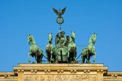 Quadriga sur le massif de roche de Brandenburger Images libres de droits
