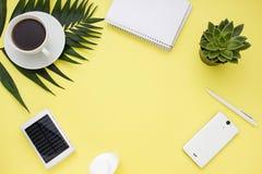 Quadro aéreo do negócio com uma bateria solar, um telefone e uma xícara de café Vista superior Fotos de Stock Royalty Free