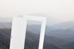 Quadro aberto da janela branca com fundo do moutain Fotos de Stock