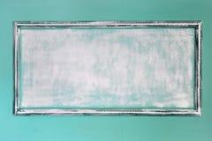 Quadro antigo vazio branco feito da gipsita no estilo do renascimento A parede é turquesa moldes Fundo Imagens de Stock