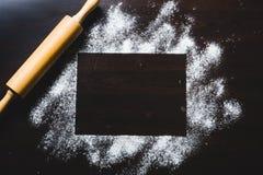 Quadro a beira formada pela farinha de trigo e pelo rolo de madeira da padaria Fotos de Stock Royalty Free