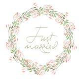 Quadro a beira, a grinalda de flores cor-de-rosa macias e os ramos com as folhas verdes pintadas na aquarela em um fundo branco,  Fotos de Stock Royalty Free
