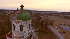Quadro bonito como do documentário Circundamento em torno do telhado da catedral católica vídeos de arquivo
