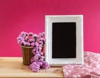 Quadro branco da foto do vintage com a flor doce do statice na cesta o Imagens de Stock Royalty Free