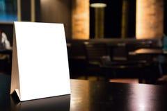 Quadro branco do menu da etiqueta do modelo na tabela com restaurante do café imagem de stock royalty free