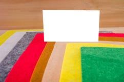 Quadro branco para escrever em um fundo do feltro colorido imagem de stock