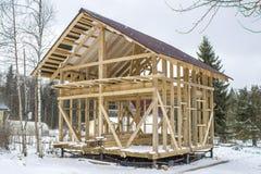 Quadro a casa de madeira no fundo da neve Preservação de uma casa de quadro para o inverno Imagens de Stock