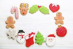 Quadro caseiro da cookie do pão-de-espécie do Natal na opinião de tampo da mesa de madeira com espaço da cópia Foto de Stock