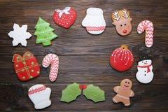 Quadro caseiro da cookie do pão-de-espécie do Natal na opinião de tampo da mesa de madeira com espaço da cópia Foto de Stock Royalty Free