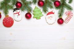 Quadro caseiro da cookie do pão-de-espécie do Natal na opinião de tampo da mesa de madeira com espaço da cópia Fotografia de Stock