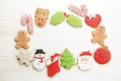 Quadro caseiro da cookie do pão-de-espécie do Natal na opinião de tampo da mesa de madeira com espaço da cópia Fotos de Stock Royalty Free