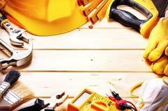 Quadro com as várias ferramentas no fundo de madeira Construção concentrada Imagem de Stock