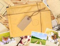Quadro com envelope e as fotos velhas Fotografia de Stock