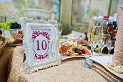 Quadro com número dez na tabela do convidado no restaurante do casamento Imagens de Stock Royalty Free