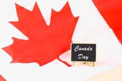 Quadro com o dia feliz de Canadá da palavra na bandeira nacional Festa do 1º de julho Foto de Stock Royalty Free