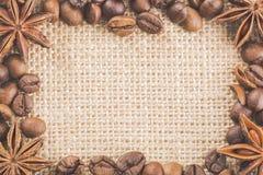 Quadro com os feijões de café no pano de saco com anis das especiarias Foto de Stock Royalty Free