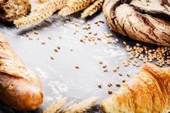 Quadro com pão recentemente cozido Conceito rústico da padaria Imagens de Stock Royalty Free