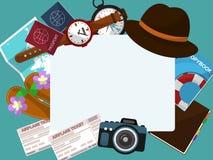 Quadro com um chapéu, os bilhetes, os passaportes e os outros artigos para o turista em um fundo verde Vetor Imagens de Stock Royalty Free