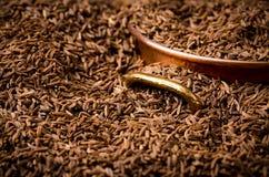 Quadro completo da semente de alcaravia com caçarola de cobre Fotos de Stock
