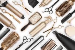 Quadro completo de ferramentas profissionais do armário do cabelo no fundo branco imagem de stock