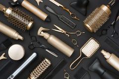 Quadro completo de ferramentas profissionais do armário do cabelo no fundo preto fotos de stock royalty free