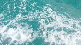Quadro completo do close up da ?gua mediterr?nea do oceano dos azuis celestes claros de turquesa do barco que move-se para a dire filme
